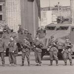 14. August, 14:30 Uhr. Panzespähwagen und Volksarmee sind aufmarschiert um die Sektorengrenze abzuriegeln.