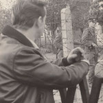27. September 1961. Eine Begegnung zweier Männer, die einstmal zusammen auf der Schulbank sassen. Im Vordergrund der 18 jährige Westberliner, hinter dem Stacheldraht der gleichaltrige VoPo mit Namen Donner mit Maschinenpistole.