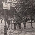 13. August, 7:00 Uhr. Im Norden von Berlin, Schwedter- Ecke Bernauer Strasse ist Stacheldraht gezogen worden. Der Publikumsverkehr zwischen Ost- und Westsektor ist unterbunden. Bewaffnete Volksarmee bewacht die Sektorengrenze.