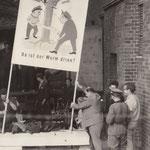 """21. September 1961. Bewohner der ostberliner Grenzhäuser werden ausgesiedelt. Unter Bewachung von VoPo und sogenannten """"Ordnern in Zivil"""" sind die Wohnungsmieter von zwei ostberliner Strassenzügen ausgesiedelt worden."""