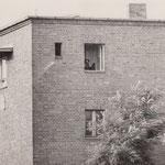 15.August 1961. Volkspolizei beobachtet die Grenze aus dem S-Bahn Blockhaus zwischen Köllnische Heide (West) und Baumschulkenweg (Ost)