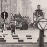 19. August 1961. Panzereinheit der Volksarmee am U-Bahnhof Stadtmitte
