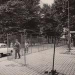14. August 1961.Betriebskampfgruppen im Käfig. Am Sektorenübergang Elsen- Ecke Heidelberger Strasse wurde ein Käfig gebaut, in dem die Posten patroullieren.