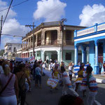 Jóvenes aficionados bailando una conga en la calle Martí