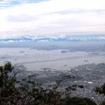 Aussicht vom Pico da Tijuca auf die Bruecke nach Niteroi und das Maracana-Stadium, 23.10.2011