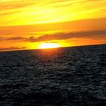 Der erste Sonnenuntergang - 3 1/2 Bootsstunden vom Festland entfernt