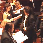 Dirigent Riccardo Sahiti und Musiker und Sänger des Philharmonischen Vereins der Sinti und Roma, Frankfurt am Main, Requiem für Auschwitz, komponiert von Roger Moreno Rathgeb