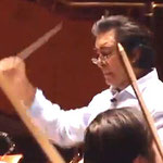 """Dirigent Riccardo Sahiti, hier mit von Roger Morena Rathgebs """"neukomponierter klassischer"""" Musik (Reqiuem für Auschwitz)"""