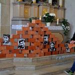 """Schülerinnen und Schüler errichteten in der Kirche St. Kilian eine """"Gedenkmauer"""", bei der auch der Symbolgehalt der """"Ausgrenzung"""" mitschwingt, Foto: Manuel Werner"""