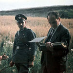 Foto (Ausschnitt): Dr. Robert Ritter  und ein Polizist, Bundesarchiv, R 165 Bild-244-71 / CC-BY-SA