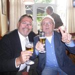 Spitzenkandidat Martin Lohrie und Wahlkampfleiter Joachim John stoßen mit einem Glas Bier auf das überragende Ergebnis an!