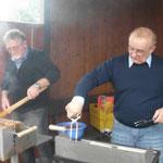 Zwei Grillmaster, Klaus Uthoff und Joachim John, in voller Aktion