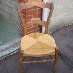 B4. Chaise ancienne. 5€
