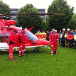 Patrick Sieber bei der Vorstellung des Helikopters (rechts im Bild)
