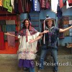 Anprobe von traditionellen Kleidern
