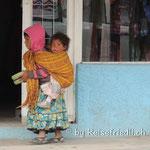 Tarahumara-Mädchen trägt sein Geschwister