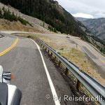 Kurvenreiche Strasse über den Baertoot Pass