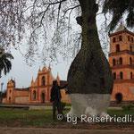 Kirche und Flaschenbaum in San Chose de Chiquitos