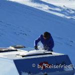 Solar wird vom Schnee befreit