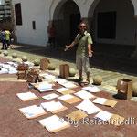 Urkunden werden getrocknet nach dem Hurrikan