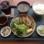お待ちかねの定食は、生姜焼き。アイスコーヒーをつけて、750円。コスパ高。