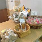 レジ脇に置かれたお菓子は、市内で作られたもの。