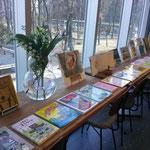 窓際にズラリと並べた神沢絵本。どれもこれも、オススメの作品。