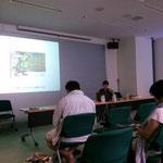 スライドを使って、絵本とアートの世界を行ったり来たりの説明に興味津々の授業風景。