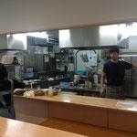 ステンレスの新しいオープンキッチン。