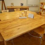 【自由席ブース】大きな机で仕事をする共同スペース