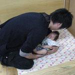 寝かしつけ上手なパパ♡