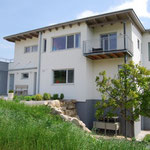 caretta. das haus ist in den hang des leithagebirges gebaut und bietet der familie auf drei etagen platz zum leben und arbeiten.