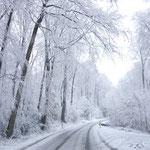 Winterliche Straße im Bergischen