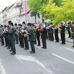"""Eine Auswahl von Musikanten der teilnehmenden Orchester spielten """"Alte Kameraden"""" zur Blumenniederlegung"""