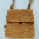 35. oranje stof ((b.32cm x h. 31cm) afsluitbaar met rits. schouderband verstelbaar tot 1.24 cm  € 52,00