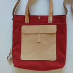 30. rood stof met naturel leer (b.32cm  x h.33 cm)  1 verstelbare schouderband tot 1.30cm.  € 56,00