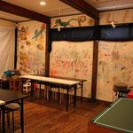 ショップの脇のスペースは子供達が自由にラクガキできる部屋がっ面白い