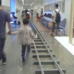 美術館内に線路っ