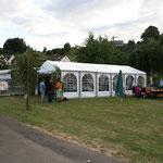 Das Zelt und der Außenbereich füllt sich