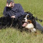 Mit Papa im Gras liegen :-)) .