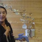 Conte initiatique de l'oiseau bleu sous l'installation de la plasticienne Emmanuelle RADZYNER