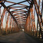 125 Jahre Rheinbrücke Wintersdorf, Licht durchflutet bei Durchfahrt, © Foto Peter Diziol