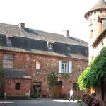 Collonges la Rouge - Une maison face à la tour du guet