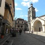 Beaulieu sur Dordogne - Place du marché, l'église abbatiale et son tympan