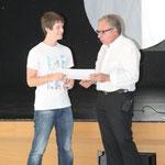 Nicolas Degoy reçoit son Diplôme des mains de Gérard Simoncello, Président de la FFCLD.