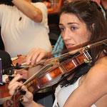 Emma, sait jouer du violon...