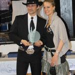 Virginie remet le prix de Meilleur DJ de l'année 2013 à Hervé Canonne ! Félicitations !