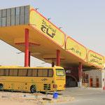 Gelber Bus tankt bei gelber Tankstelle...so einfach ist das!