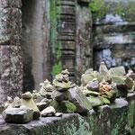 Auf der Mauer auf der Lauer sitzen kleine Steinmandli...
