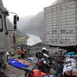 Nachtlager zwischen zwei Trucks...zwischen einer unheimlichen Geschichte...